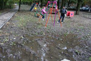 Грязь и сырость во дворе и на детских площадках